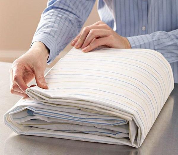como dobrar roupa de cama pacote
