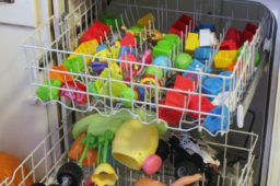 Como limpar brinquedos usando vinagre