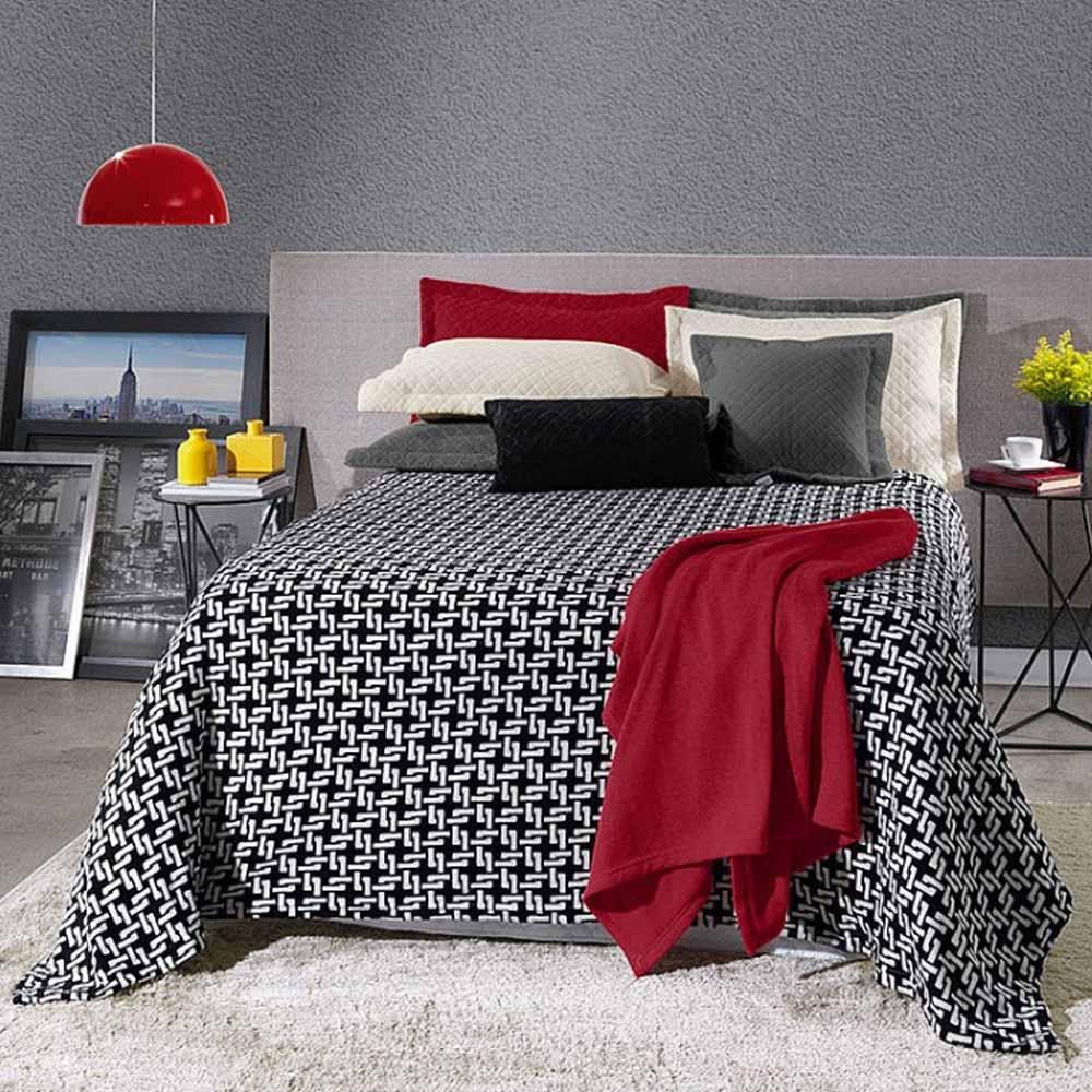 cobertor preto e branco com manta vermelha