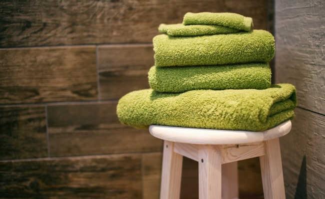 Como dobrar as toalhas de banho sem ocupar muito espaço